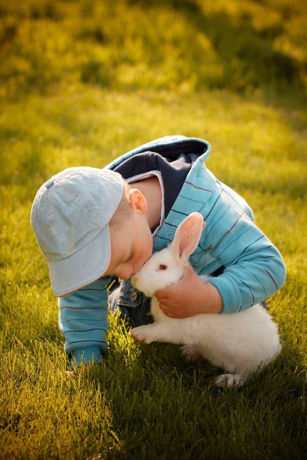 Jongen die zijn eerste konijntje kust royalty-vrije stock foto's