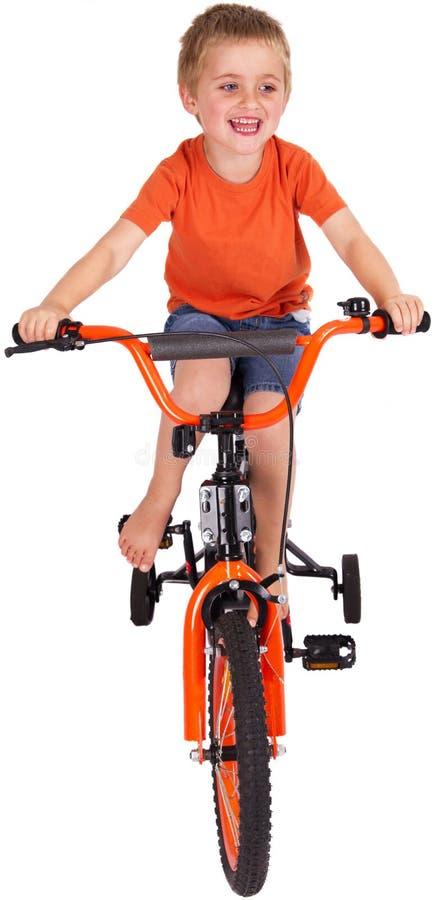 Jongen die zijn fiets berijdt stock foto's
