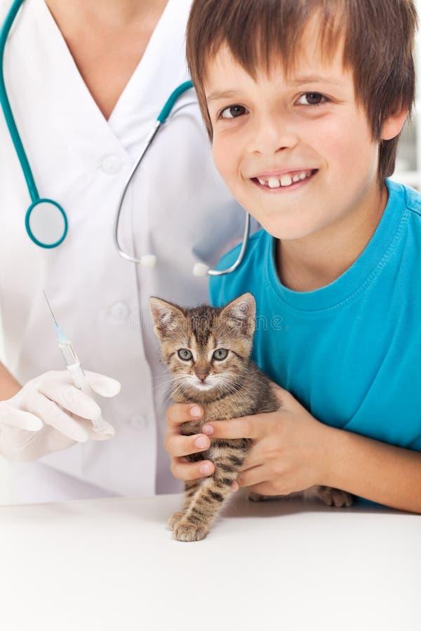 Jongen die zijn katje krijgt aan inenting royalty-vrije stock foto