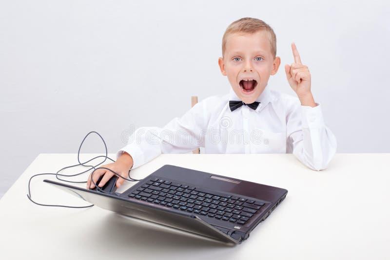 Jongen die zijn laptop computer met behulp van stock afbeelding