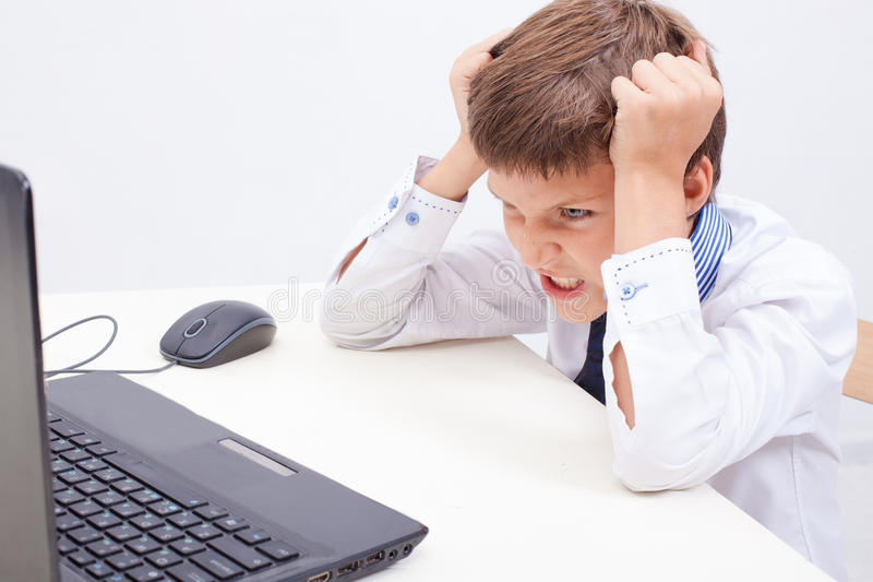 Jongen die zijn laptop computer met behulp van royalty-vrije stock foto's