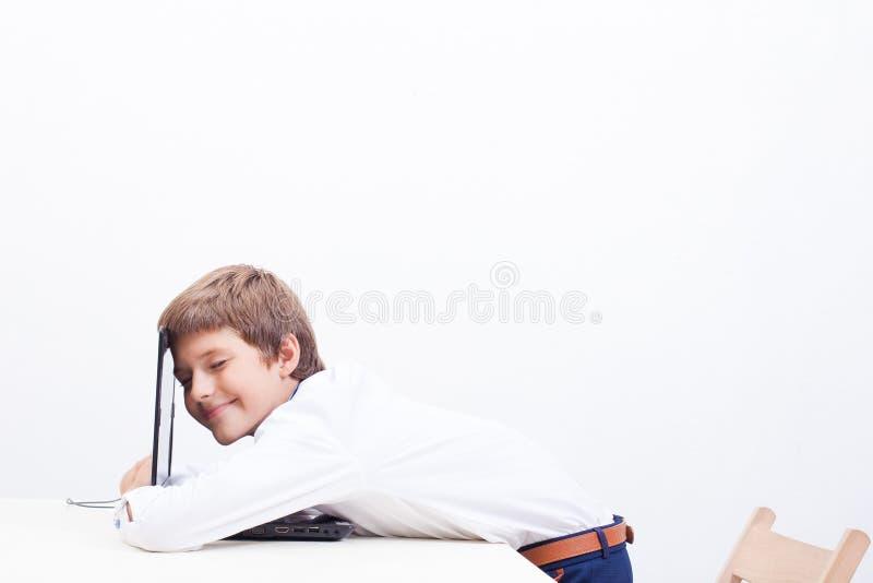 Jongen die zijn laptop computer met behulp van stock fotografie