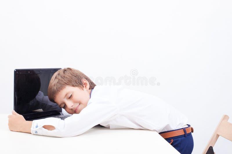 Jongen die zijn laptop computer met behulp van royalty-vrije stock afbeelding