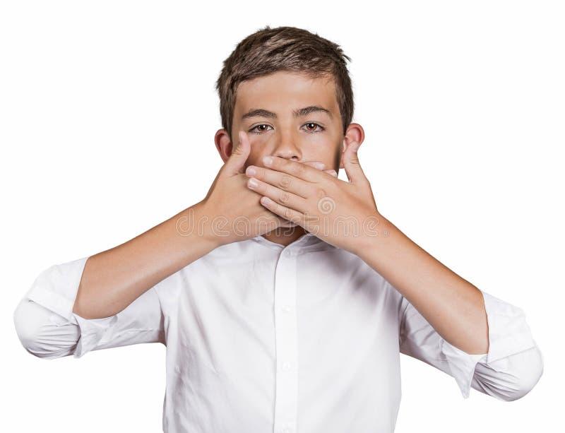 Jongen, die zijn mond de behandelen met handen zal niet spreken Spreek geen Kwaad royalty-vrije stock afbeelding