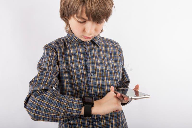 Download Jongen Die Zijn Slim Horloge Met Een Smartphone In Paren Rangschikken Stock Foto - Afbeelding bestaande uit paar, screen: 107701780