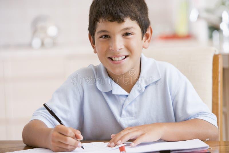 Jongen die Zijn Thuiswerk doet stock afbeeldingen