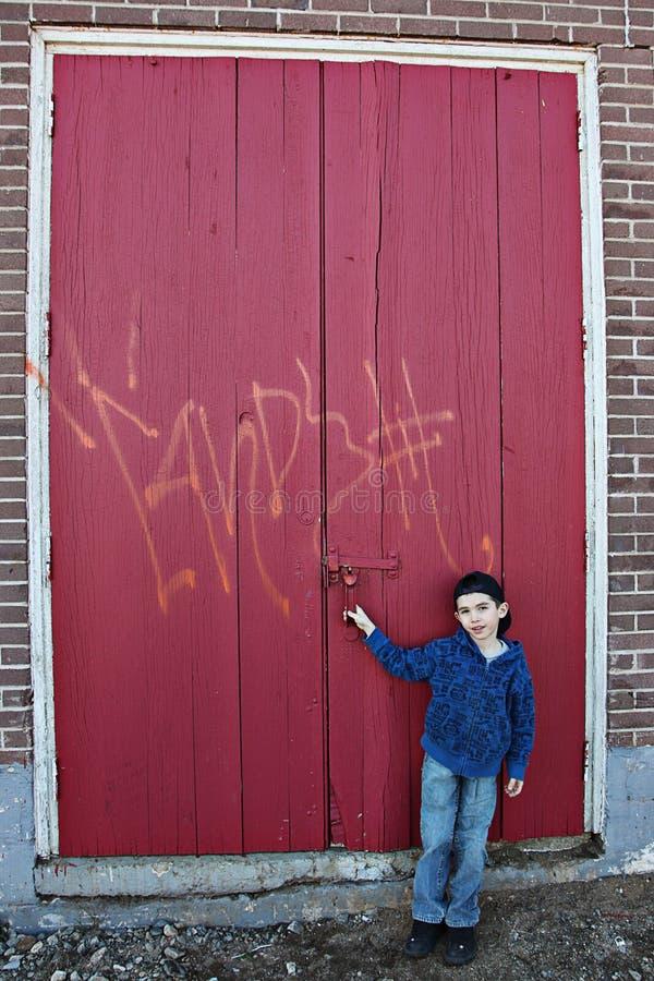 Jongen door deuren met graffiti   royalty-vrije stock afbeelding