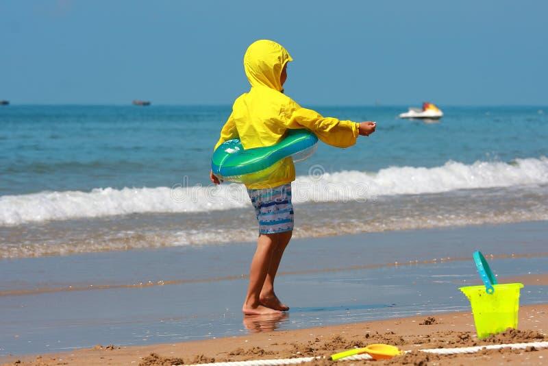 Jongen door overzees strand royalty-vrije stock fotografie