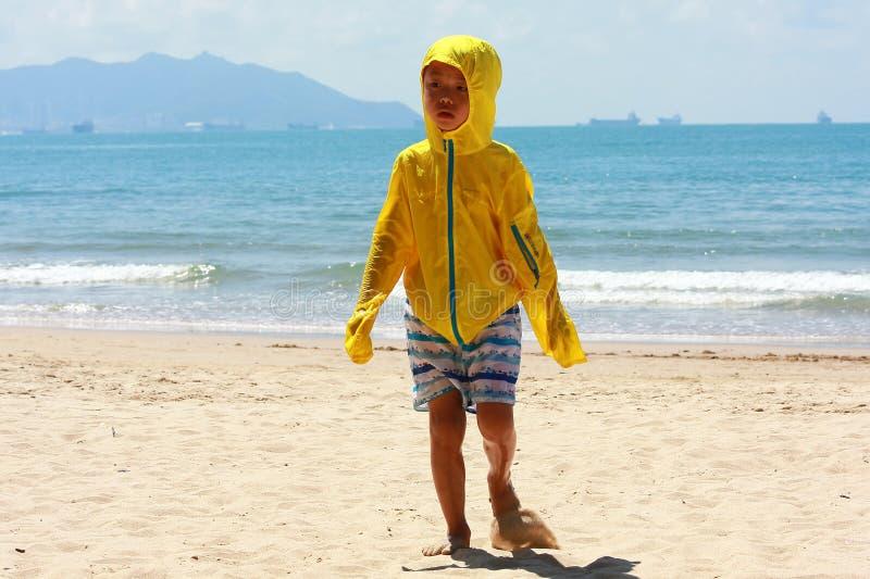 Jongen door overzees strand royalty-vrije stock foto