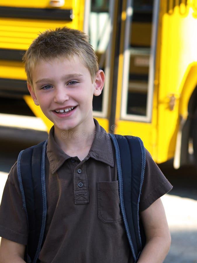 Jongen door schoolbus royalty-vrije stock foto