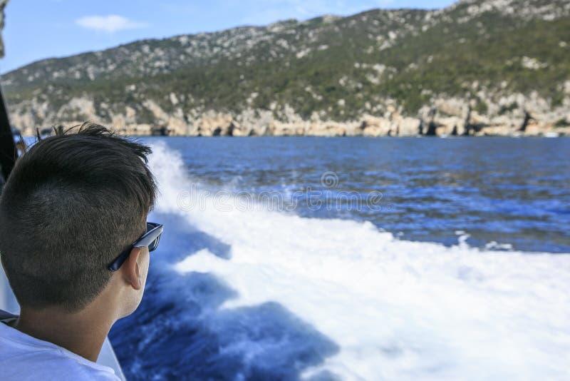 Jongen in een dek van een cruise royalty-vrije stock foto's