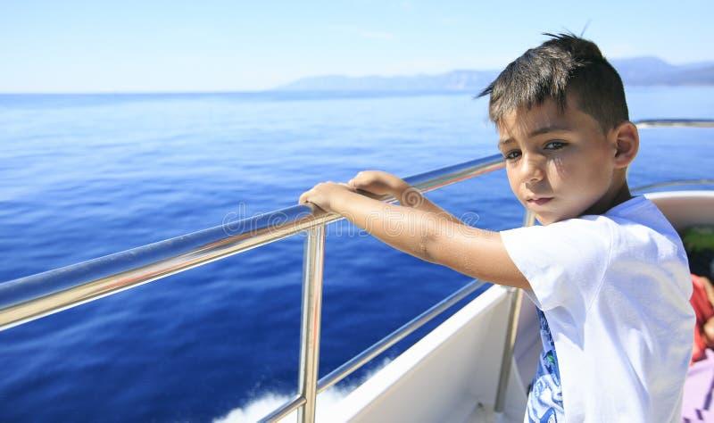 Jongen in een dek van een cruise royalty-vrije stock afbeeldingen