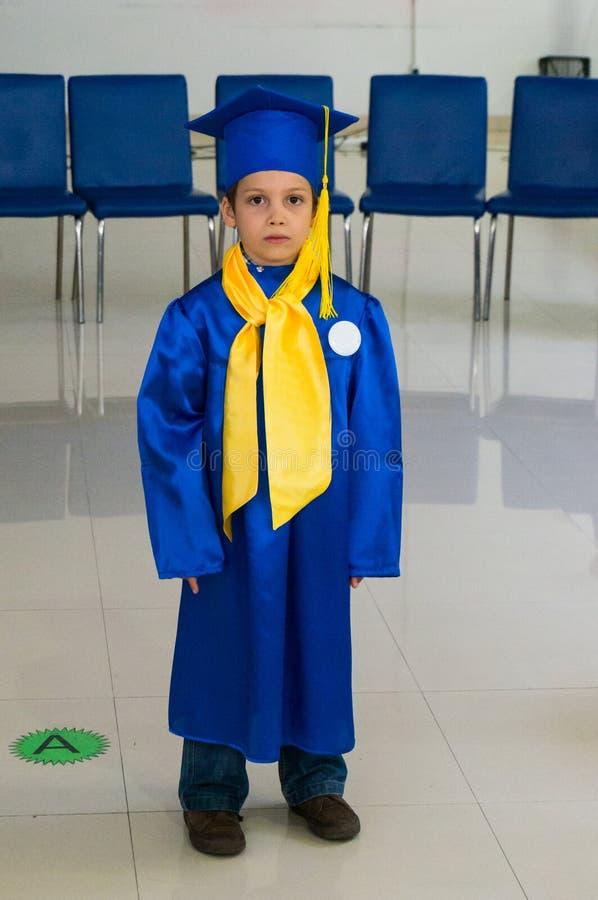 Jongen een diploma behaalde kleuterschool stock afbeeldingen