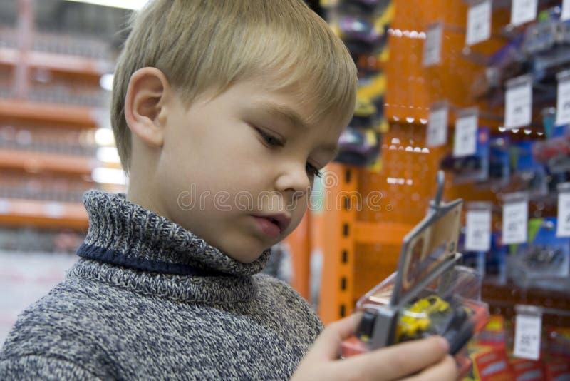 Jongen in een stuk speelgoed opslag royalty-vrije stock fotografie