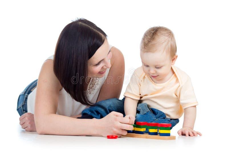 Jongen en de moeder die van de baby samen de spelen royalty-vrije stock afbeeldingen