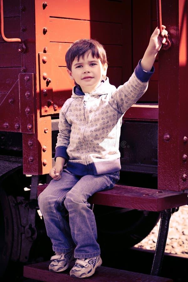 Jongen en een oude trein stock afbeeldingen