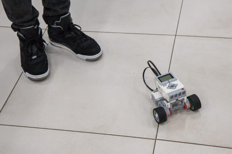 Jongen en geassembleerd model van de robot in nanotechnologielaboratorium royalty-vrije stock foto