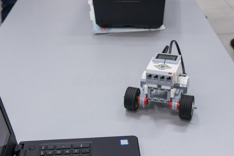 Jongen en geassembleerd model van de robot in nanotechnologielaboratorium royalty-vrije stock foto's