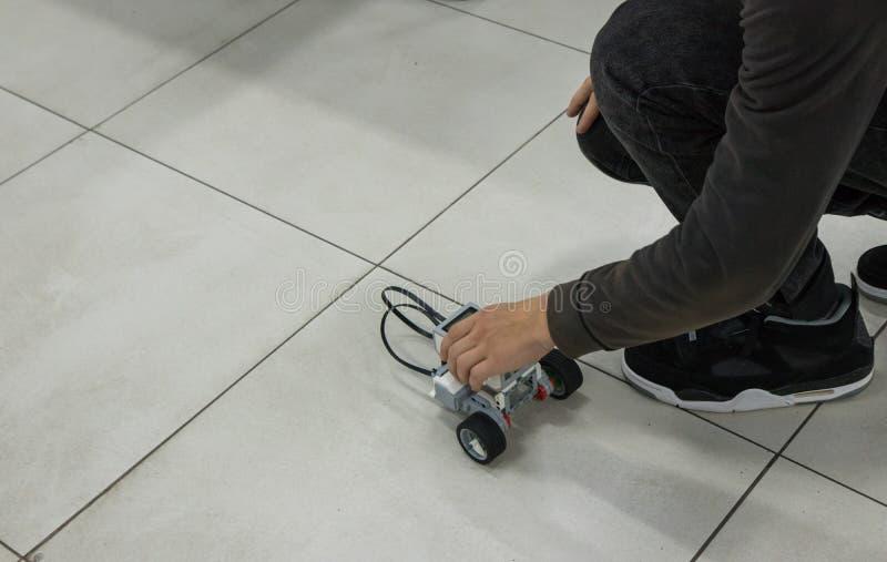 Jongen en geassembleerd model van de robot in nanotechnologielaboratorium stock afbeeldingen