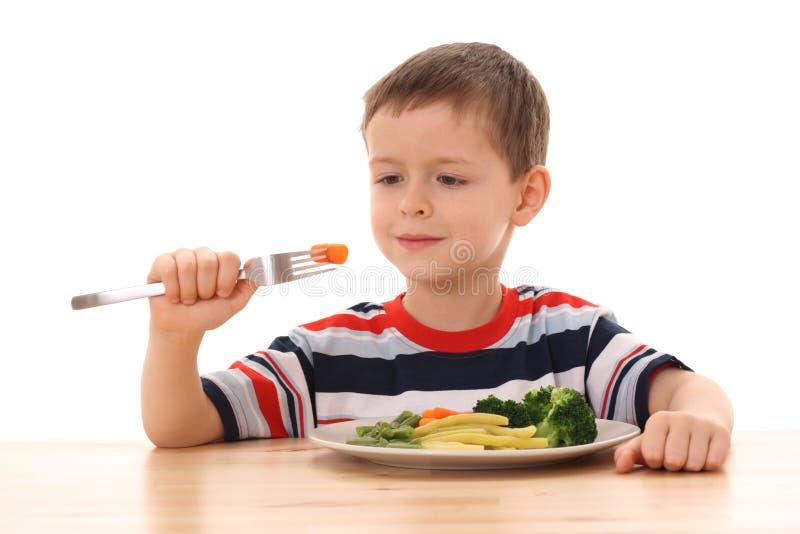 Jongen en gekookte groenten royalty-vrije stock fotografie