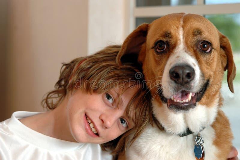 Jongen en grote hond royalty-vrije stock fotografie