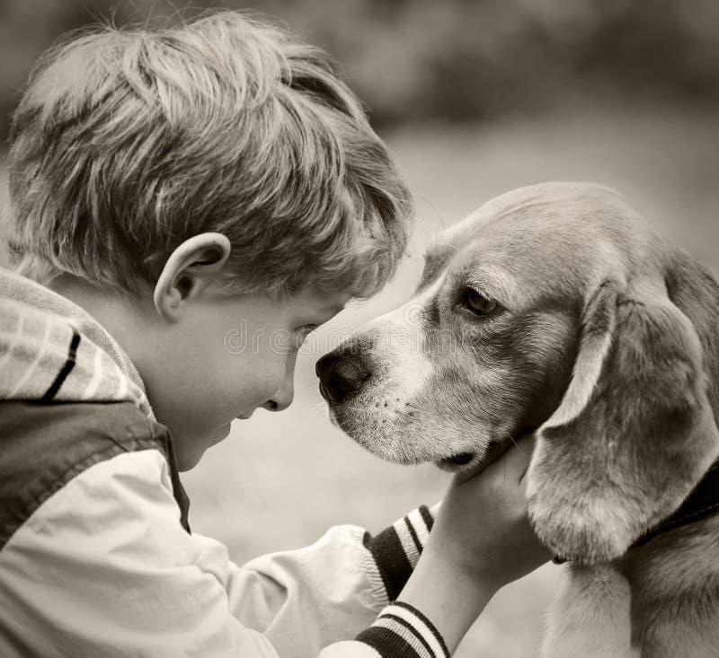 Jongen en hond zwart-wit portret royalty-vrije stock foto