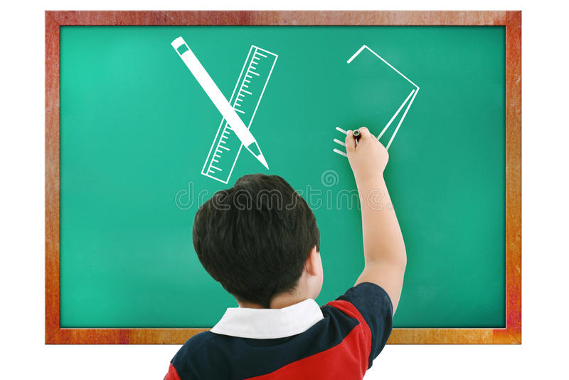 Jongen in en klaslokaal dat denkt schrijft stock afbeeldingen