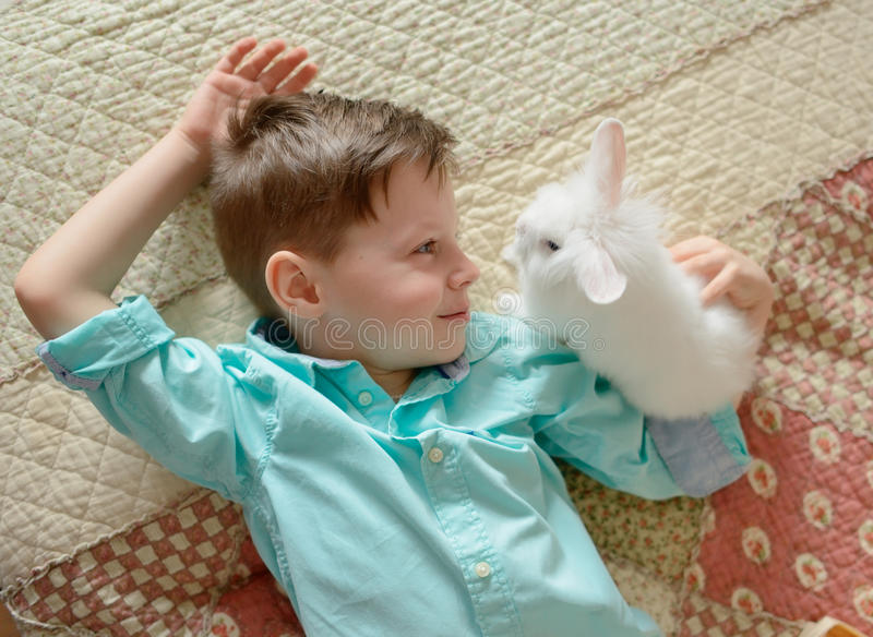 Jongen en konijn stock afbeelding