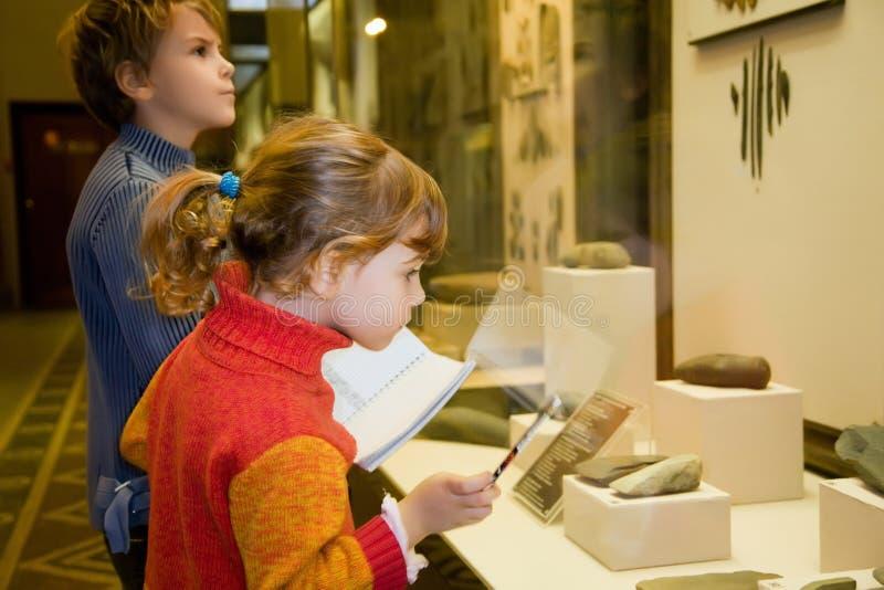 Jongen en meisje bij excursie in historisch museum royalty-vrije stock afbeelding