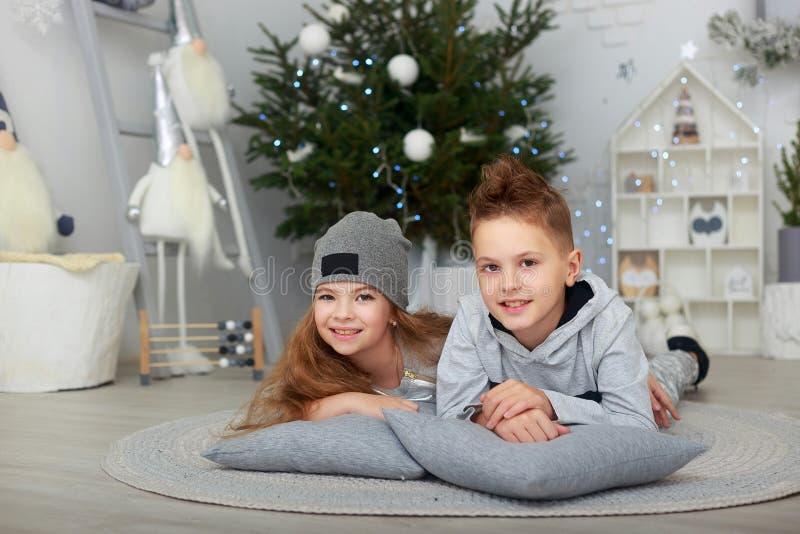 Jongen en meisje, broer en zuster die pret hebben royalty-vrije stock foto