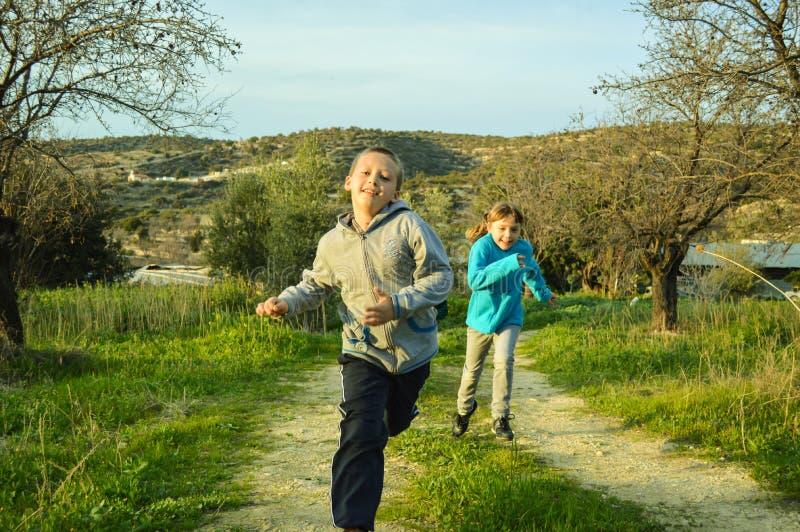 Jongen en meisje die elkaar rennen royalty-vrije stock foto's