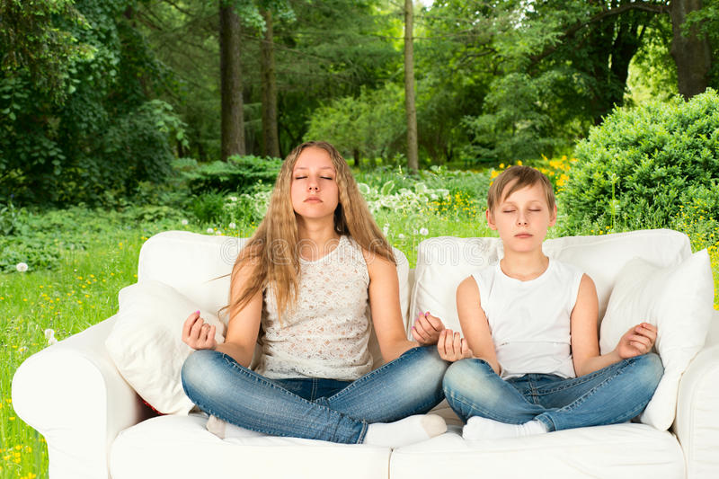 Jongen en meisje die in het bos mediteren royalty-vrije stock fotografie
