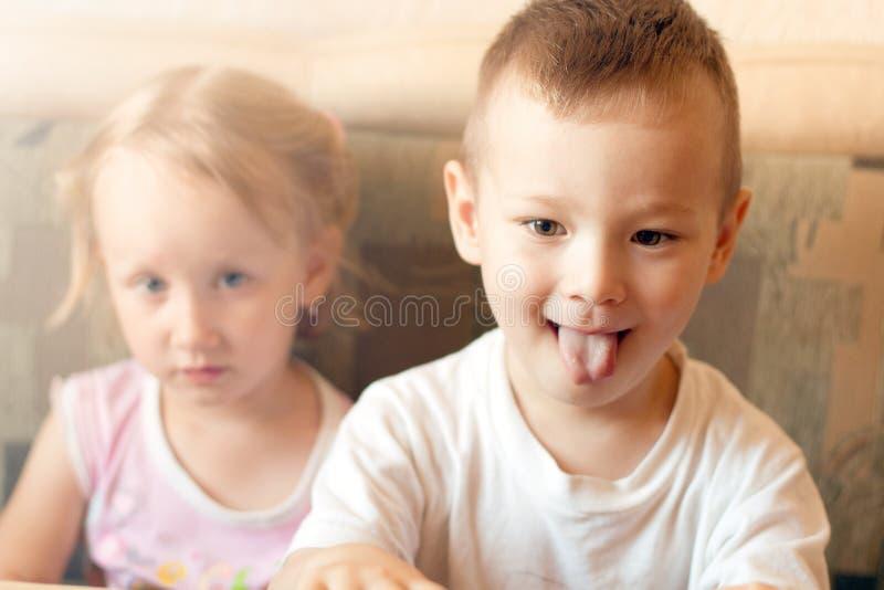 Jongen en meisje die op TV letten stock afbeelding