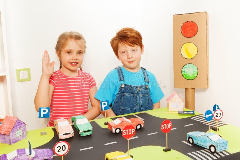 Jongen en meisje die verkeerverordeningen bestuderen stock foto's