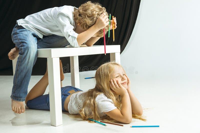 Jongen en meisje die voor school na een lange de zomeronderbreking voorbereidingen treffen Terug naar School stock foto's