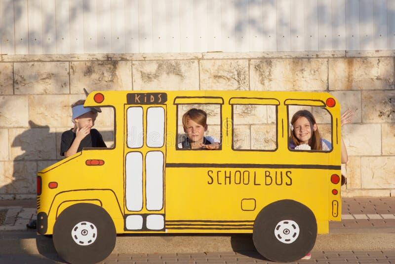 Jongen en meisje in een kleine schoolbus stock afbeeldingen