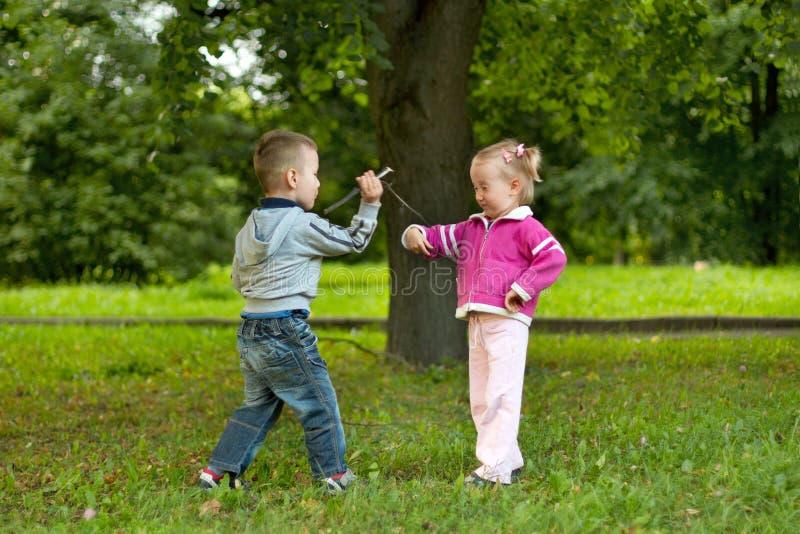 Jongen en meisje in het bos royalty-vrije stock fotografie