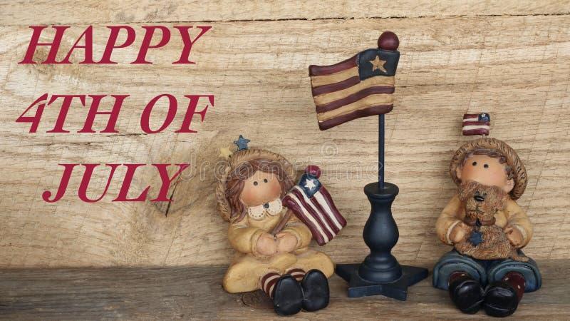 Jongen en meisje met Amerikaanse vlaggen op houten achtergrond royalty-vrije stock fotografie