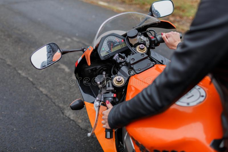 Jongen en meisje op een motorfiets meisje en vriend het stellen voor een motorfiets stock afbeelding