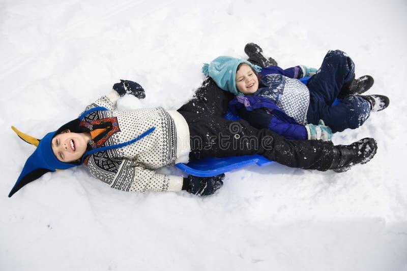 Jongen en meisje in sneeuw. royalty-vrije stock foto