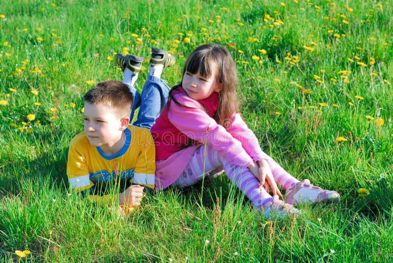 jongen en meisje in weide royalty-vrije stock afbeelding