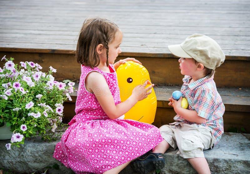 Jongen en Meisjes het Spelen met Toy Easter Chick stock fotografie