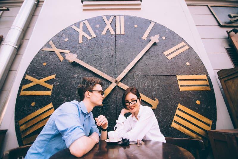 Jongen en meisjeszitting bij een lijst in een koffie royalty-vrije stock foto's