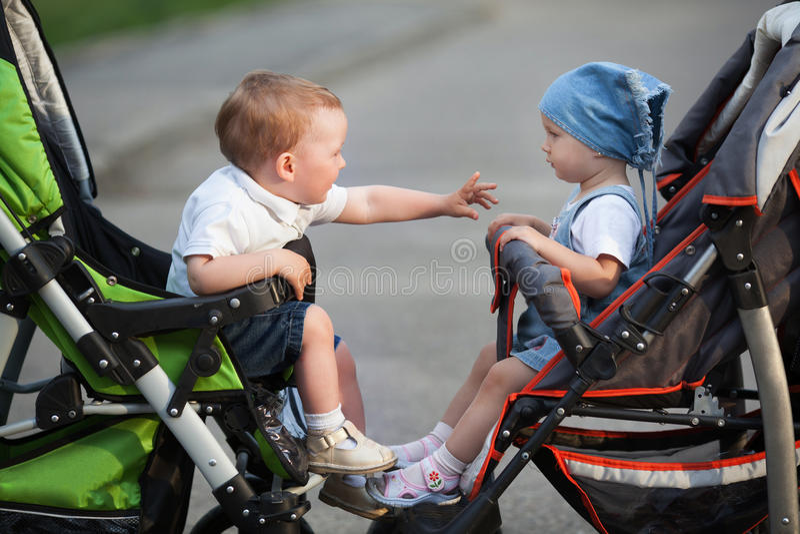 Jongen en meisjeszitting in kinderwagens royalty-vrije stock foto
