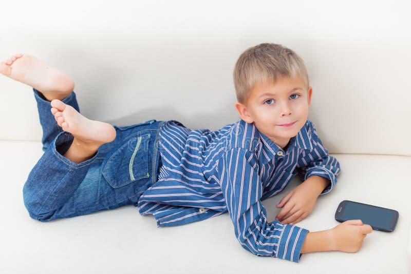 Jongen en mobiele telefoon royalty-vrije stock afbeelding