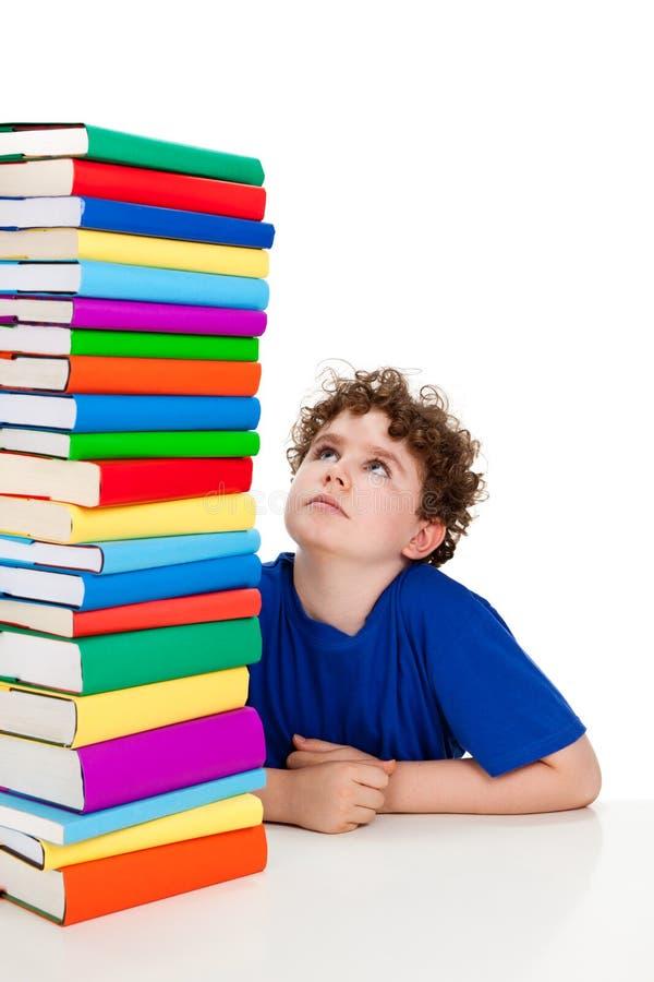Jongen en stapel van boeken royalty-vrije stock afbeeldingen