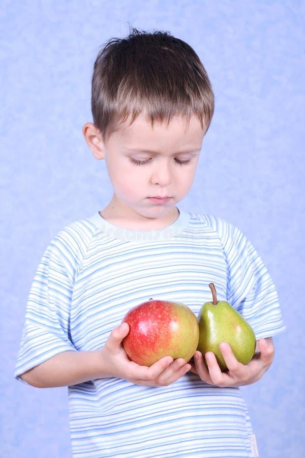 Jongen en vruchten stock fotografie