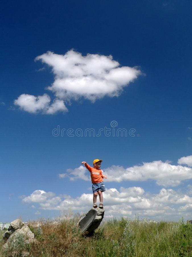Jongen en wolk stock foto