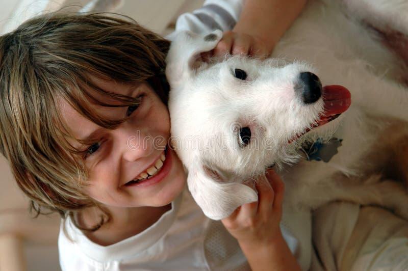 Jongen en zijn hond royalty-vrije stock afbeeldingen