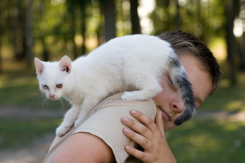 Jongen en zijn huisdier stock afbeelding